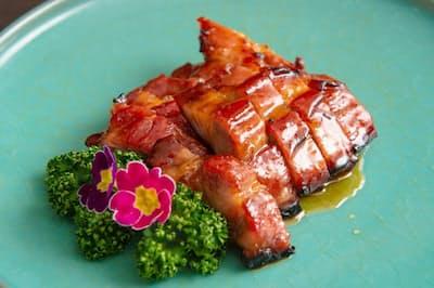 「釜焼きチャーシュー」は下味をつけた豚肩ロースを香港製のチャーシュー釜で焼き、水あめとからめる