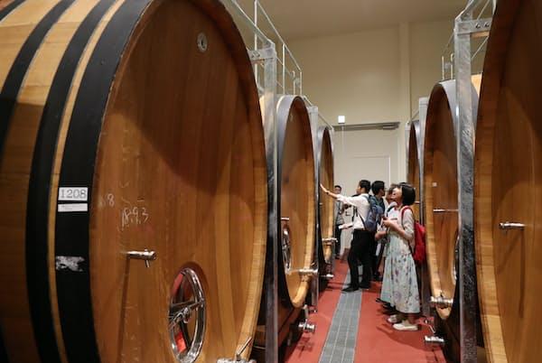 地下の樽庫には約3000リットルの樽が並ぶ。プレミアムコースで見学できる(山梨県甲州市のシャトー・メルシャン勝沼ワイナリー)