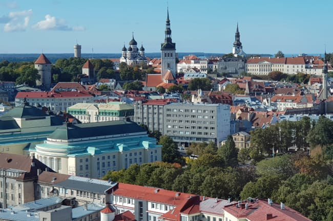 エストニアは人口130万人の小国ながらIT立国として脚光を浴びている(首都タリンで旧市街を望む)