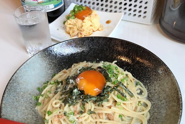 納豆すぱと焼酎。大盛はプラス190円。アテの赤いもポテサラ漬け卵黄付きは400円