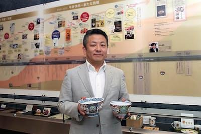 吉野家常務の伊東正明氏。1996年にP&G入社。ブランドマネージャーとして「ジョイ」「アリエール」のブランドを再建するなど、国内外で活躍。シンガポールでペットケア事業責任者、アジアパシフィック・Eビジネス事業責任者、ホームケア・オーラルケアヴァイスプレジデントなども歴任。2017年11月退職・独立。18年1月に戦略担当顧問として吉野家に招かれ、10月より同社の常務に。伊東氏が右手に持つのが「牛丼 超特盛」、左手に持つのが「牛丼 小盛」で使われる丼