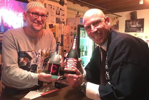 渡辺酒造店の蔵人コディさん(右)。日本に移住して15年目