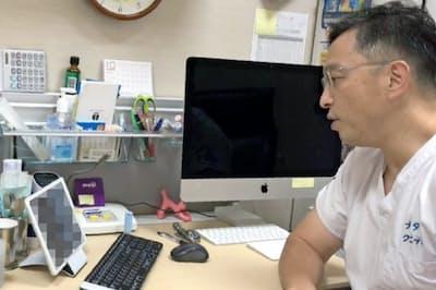 オンライン診療で、画面を通じて緊急避妊薬について説明するナビタスクリニック新宿の久住医師(一部画像処理しています)