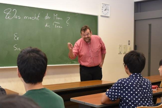 第2外国語のひとつ、ドイツ語の授業。大学でも教鞭(きょうべん)を執る先生が教える=武蔵高等学校中学校提供