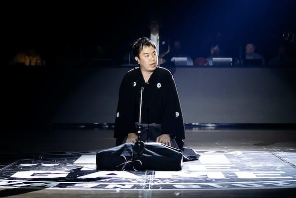 Bリーグ開幕戦のオープニングセレモニーに登場した立川吉笑さん(19年10月3日、横浜アリーナ) (C)B.LEAGUE