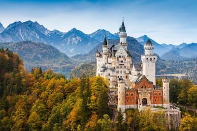 ロマンティック街道はドイツ、バイエルン州のさまざまな渓谷を通過する風光明媚(めいび)な観光街道。その道中では、「狂王」と呼ばれたルートビッヒ2世と関連深い2つの隣接する城を見ることができる。自身が建設し、小さな塔を配したノイシュバンシュタイン城、幼少時代に夏を過ごしたホーエンシュバンガウ城だ(PHOTOGRAPH BY WALTER BIBIKOW, GETTY IMAGES)
