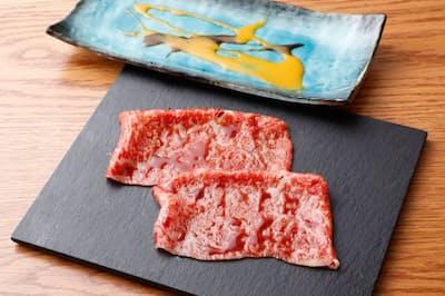 コース終盤に提供される「焼しゃぶしゃぶ」は肉をしゃぶしゃぶしながら焼くユニークな品