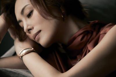 女心を刺激してやまないカルティエのヒロインウォッチの数々を、米倉涼子さんがまとう(NikkeiLUXEより)
