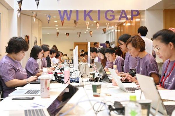 記事を執筆、編集する参加者(9月29日、東京都港区のスウェーデン大使館)