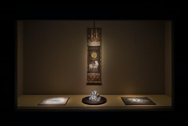 水晶、その上に置かれたブローチ、木材、掛け軸など、年代も異なる事物が呼応し合う空間(撮影:小野祐次 (c)N.M.R.L./ Hiroshi Sugimoto + Tomoyuki Sakakida)