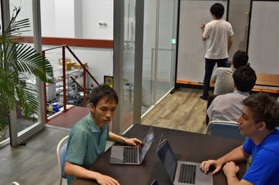 開放的な雰囲気の研究室に若手研究者が集う(一部を画像処理)
