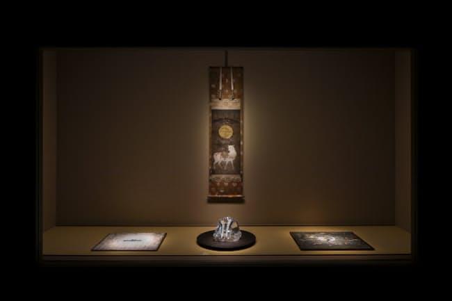 光学ガラス、その上に置かれたブローチ、掛け軸など、年代も異なる事物が呼応し合う空間(撮影:小野祐次 (c)N.M.R.L./ Hiroshi Sugimoto + Tomoyuki Sakakida)