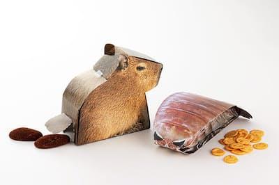 オリジナルグッズの「超グソクムシ煎餅」(右)と「カピバラの落し物」。深海生物のグソクムシは捕れ過ぎて飼いきれないほどだが、漁師との信頼関係を保つためには引き取っている。その粉末を練りこんだのが超グソクムシ煎餅で、1日に100個は売れるヒット商品に。カピバラの落し物のパッケージは、お尻からチョコレート菓子が出てくる仕掛け