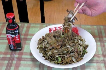 地元メーカー製造のソース(左)をふんだんに使ったぼん天久米川店の黒焼そばは、普通盛りで大盛り並みのボリューム