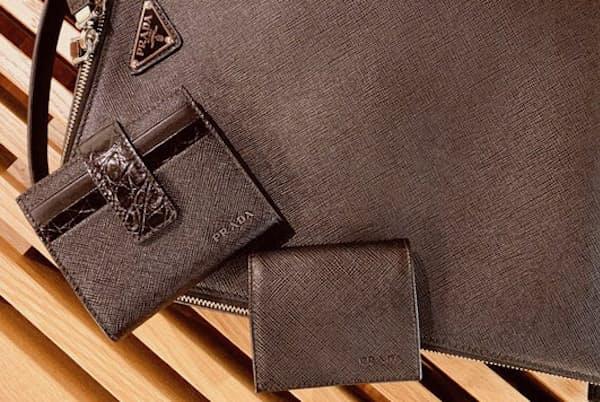ミニ財布と小銭入れの組み合わせも、おそろい素材ならおしゃれ偏差値は70超え。ミニ財布 予価67,000円、小銭入れ 予価28,000円(プラダ/プラダ クライアント サービス)