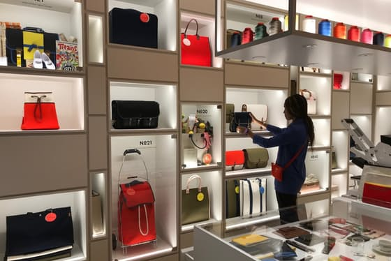 キャンバス地は丈夫で軽く実用的。あらゆる用途に応じたバッグがそろう(東京都千代田区の「リュニフォーム東京」)