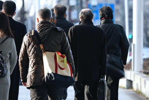 シニア世代の通勤風景(大阪市)。写真はイメージ