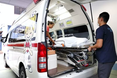 南多摩病院の「病院救急車」は緊急性の低い患者の転院搬送などで活用されている(8日、東京都八王子市)