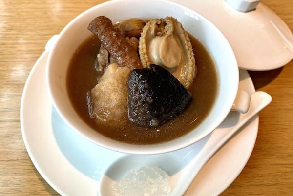 燕の巣付き「仏跳牆」。コラーゲンで口の周りがペタっとする。「日本人に仏跳牆をもっと知って、食べてほしい」(グランドハイアット東京チャイナルームの小池料理長)