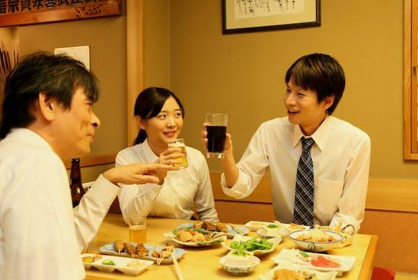 飲み会の席では社内のディープ情報を引き出しやすい。写真はイメージ=PIXTA