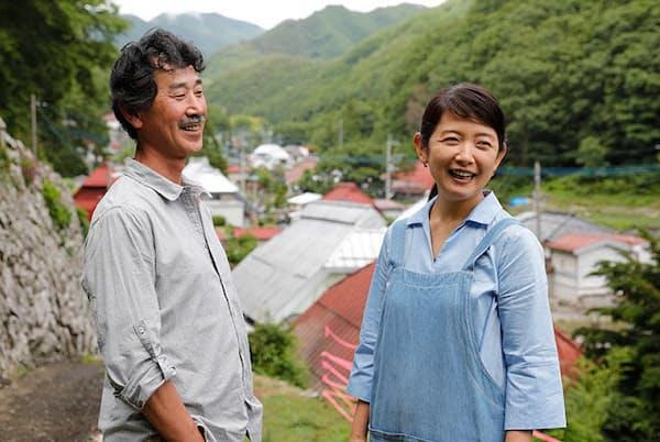山梨の限界集落に移住して地方創生に挑む山本真さん(左)と渡辺亜紀さん