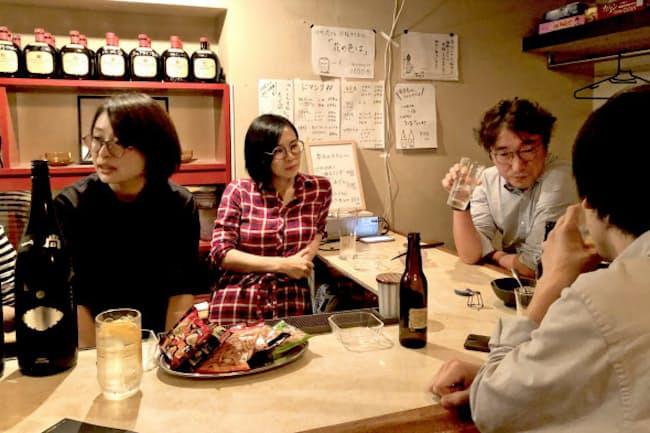 午後7時開店で8時にはカウンターがほとんど埋まったスナックニューショーイン(東京都世田谷区)