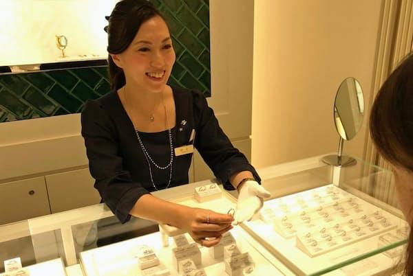 村上さんは「商品ではなく人で買っていただく」と、日本語の表現にも気を使う