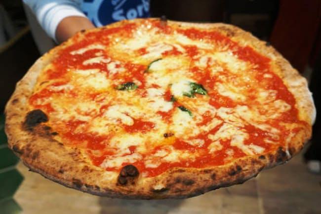 トマトソース、モッツァレラ、オリーブオイル、バジルをのせた「アンティカ マルゲリータ」