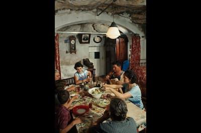 フランス、ロワール地方の洞窟住居で昼食をとる一家(PHOTOGRAPH BY DEAN CONGER, NAT GEO IMAGE COLLECTION)