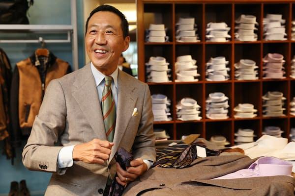 「日本人はカジュアルでも濃色を着ることが多い。きれいな中間色も取り入れてみましょう」と話す鴨志田康人さん(東京都渋谷区のポール・スチュアート青山店)