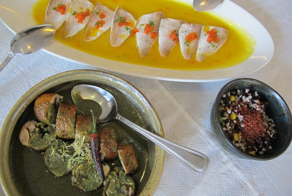 レストラン「パープルヤム」の料理。イトヨリのコンフィ、蒸し煮チキンにはココナツミルクやレモングラス、ターメリックで作ったソースがかかる