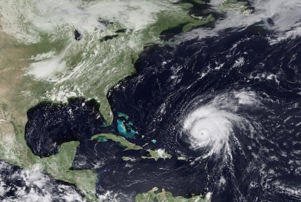 ストームクエイクを生み出すには、条件に合う海底地形がある場所を巨大な嵐が襲う必要がある。例えば、この2009年の衛星画像に映るハリケーン「ビル」は、ニューイングランド沖のジョージズ・バンクを通過する際にストームクエイクを引き起こした(PHOTOGRAPH BY NOAA VIA GETTY IMAGES)