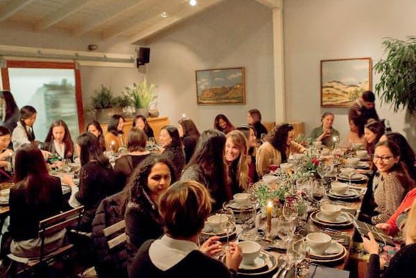 ドロップボックスが主催したIT企業の女性リーダーを招いての食事会。同社の女性も参加し、ロールモデルを見つけたり、ネットワークを作ったりしている