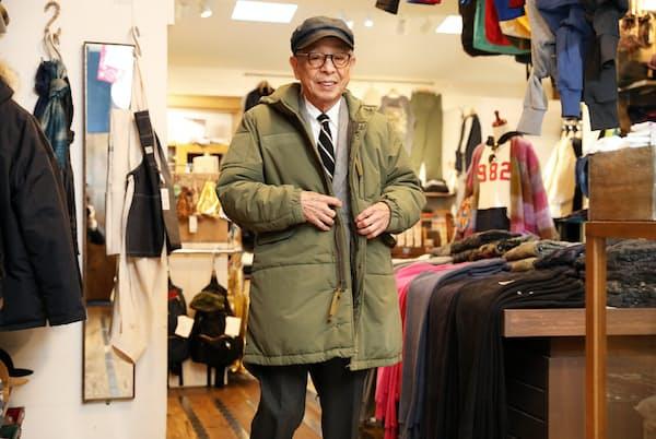 オリジナルのミリタリーコートを試着。「定番に時代のスパイスをちょっといれているところがいいよね」と話す石津祥介さん(東京都渋谷区のハリウッド ランチ マーケット)