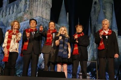 「ウィザーディング・ワールド・オブ・ハリー・ポッター」の開業日を発表する安倍首相(左から2人目)、キャロライン・ケネディ駐日米国大使(左から1人目、当時)ほか =ユー・エス・ジェイ提供