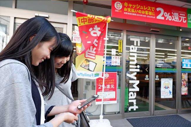 都内在住の竹村家では、娘2人にお小遣いをLINE Payで送金するなど、積極的にキャッシュレスを使わせることで今どきのお金の使い方を学ばせている