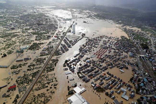 台風19号で千曲川の堤防が決壊して大規模浸水した長野市の市街地(10月13日)