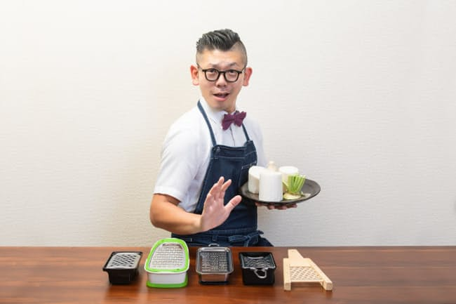 台所番長こと、合羽橋の老舗料理道具店、飯田屋の6代目、飯田結太氏。6月に初の料理道具本「人生が変わる料理道具」(エイムック)を監修した。今回は自他共に認める大根おろし器マニアの飯田氏から、好みの食感におろせる大根おろし器の見極め方を教わる