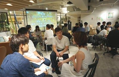 「長期インターンは就職に有利か」をテーマにしたイベントには大学1、2年生を中心に30人ほどが集まった(東京都中央区「ノースサンド」)