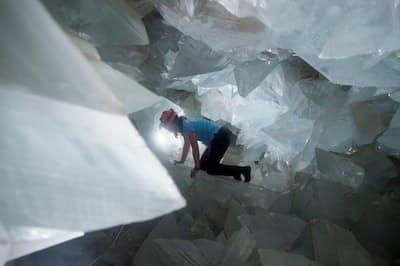 2019年8月、スペインのプルピ晶洞で、地質学者のミラグロス・カレテロ氏が内部を調べる(PHOTOGRAPH BY JORGE GUERRERO, AFP, GETTY IMAGES)