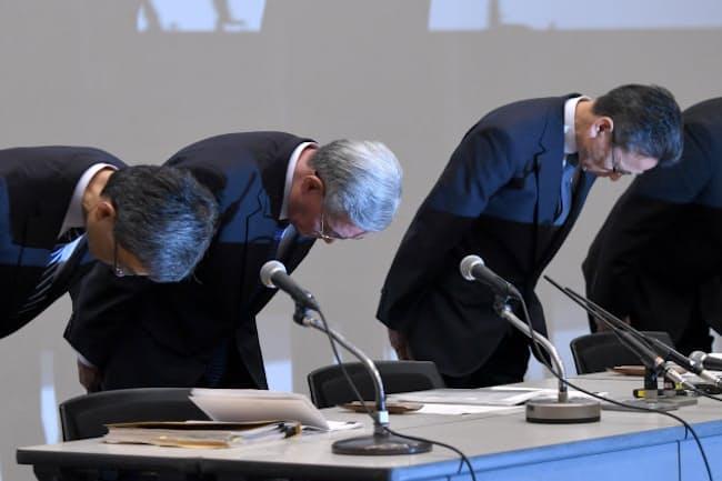 記者会見で頭を下げる関西電力の幹部ら