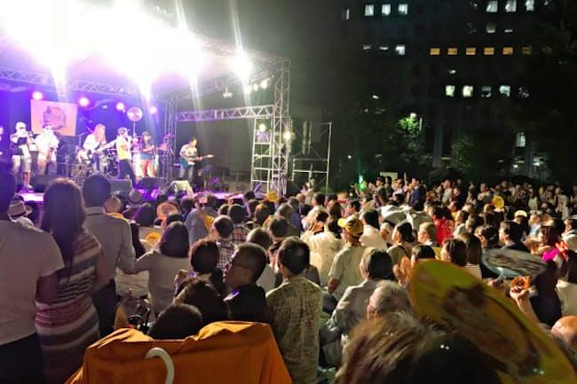 多くの人で盛り上がるライブ(8月、東京都新宿区の新宿野村ビル)