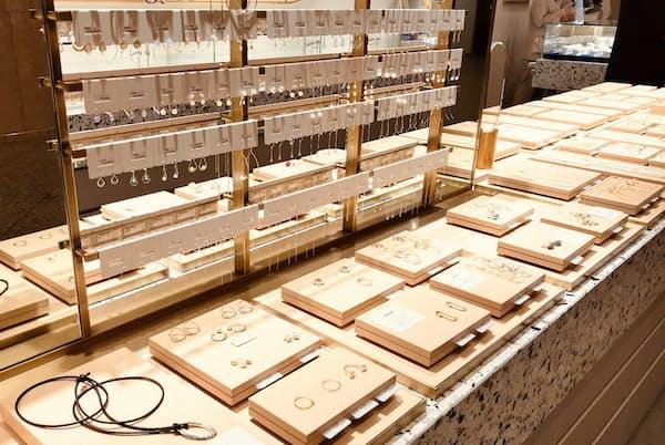 改装した店舗では手軽に手に取れるようガラスのケースを取り外した(横浜市)