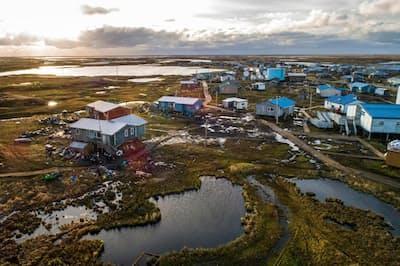 アラスカ州ニュートックは先住民族ユピックの村。ニングリック川とニュートック川がすぐそばを流れる。気温上昇、永久凍土の融解、浸食が原因で、村に水が入り込み、面積が急激に縮小している。アラスカ州では初めて、気候変動によるコミュニティーの移転を開始。今後、多くの村が追随することになると予想される(PHOTOGRAPH BY KATIE ORLINSKY, NATIONAL GEOGRAPHIC)