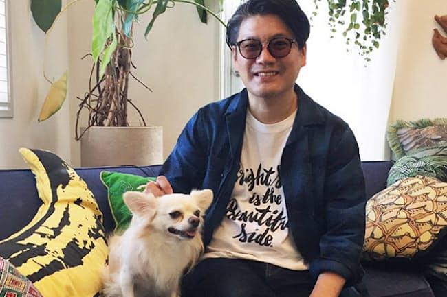 人気デザイナー、丸山敬太さんの「永遠の末っ子」、愛犬レゴくんの愛らしい姿(NikkeiLUXEより)