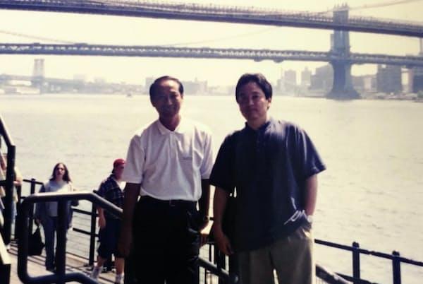 店舗事業部で課長時代、ニューヨークなどの海外で流通現場を調査した(写真右)