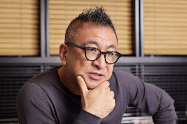 1966年岡山県まれ。専門学校卒業後、インテリアデザイン事務所などを経て2000年に自身の会社「ワンダーウォール」設立。ユニクロの米ニューヨークのグローバル旗艦店などを手掛ける。