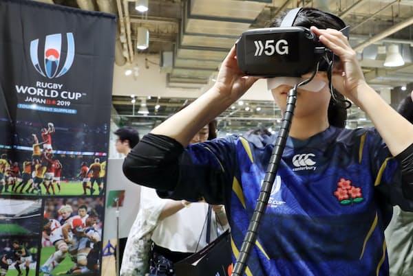 5Gの体験コーナーで、まるでピッチにいるような臨場感あるラグビー映像が楽しめた(東京・丸の内の東京スポーツスクエア)=三浦秀行撮影