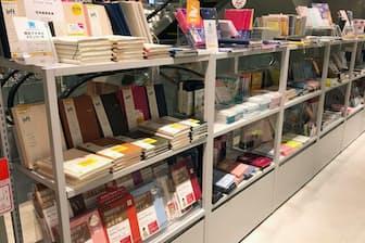 銀座ロフト5階の手帳コーナー(写真はコンテンツダイアリーのコーナー)。販売のピークは12月。19年は消費増税の影響もあり、9月に駆け込みで売り上げが伸び、10月は緩やかながら反動減があった