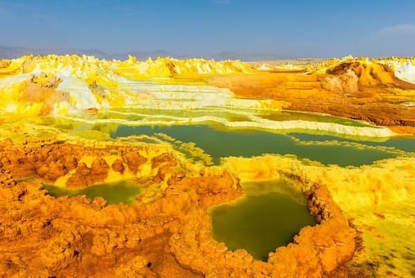 エチオピアのダナキル砂漠にあるダロル火山は、まさに人を寄せつけない場所だ。火山が陥没した地形には酸性の温泉や沸き立つ溶岩、塩を含んだ砂があり、有毒の蒸気が立ち上る。それでも、硫黄の水たまりや鉱物の塊には、微生物が繁栄している。科学者たちによれば、この地球の「地獄絵図」のような環境は、火星に見立てるのに最適なのだという(PHOTOGRAPH BY ROBERT HARDING PICTURE LIBRARY, NAT GEO IMAGE COLLECTION)